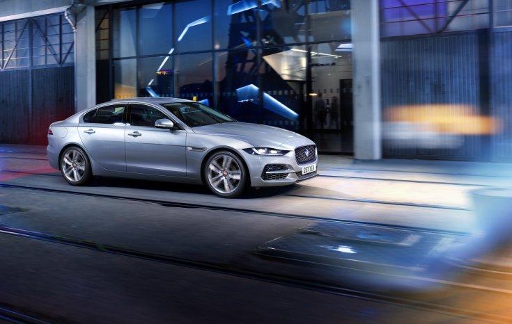 Új 2021-es Jaguar XE modell városi közegben oldalról