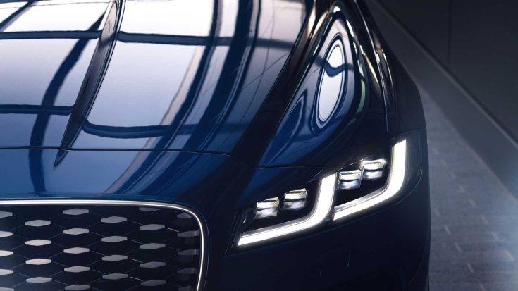 Új 2021-es Jaguar XF modell orra és fényszórója szemből