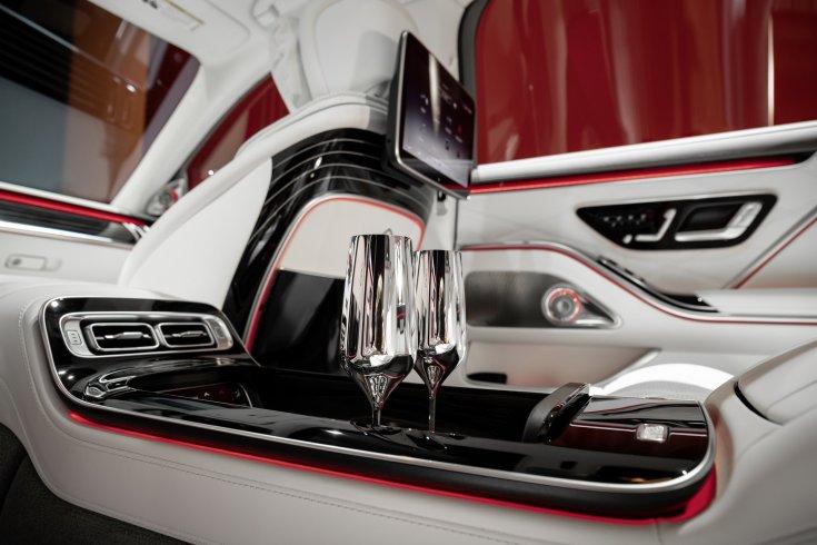 Új 2021-es Mercedes-Maybach S-osztály hűtője és annak pohár tartója