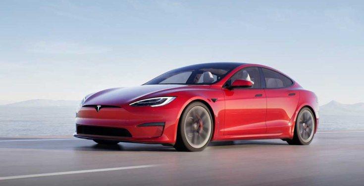 Tesla Model S Plaid szemből, menet közben