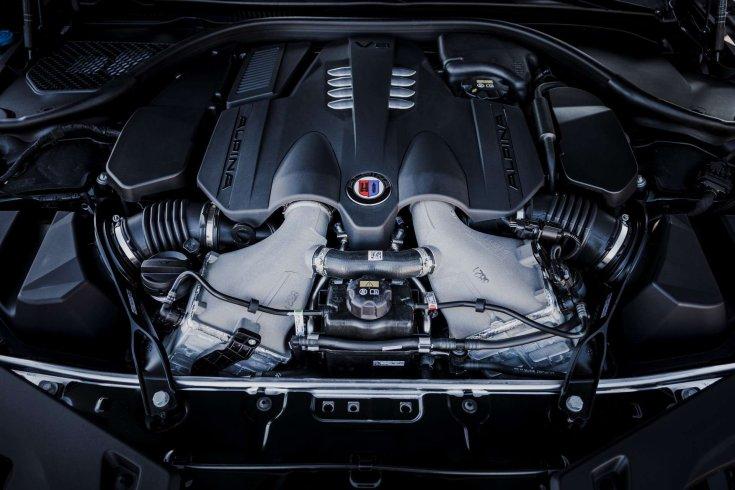 Ikerturbós 4,4 literes V8-as motor