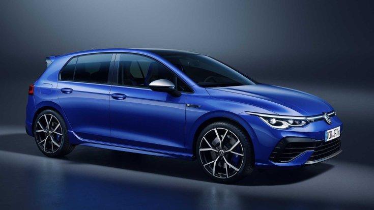 2022-es Volkswagen Golf R féloldalasan szemből