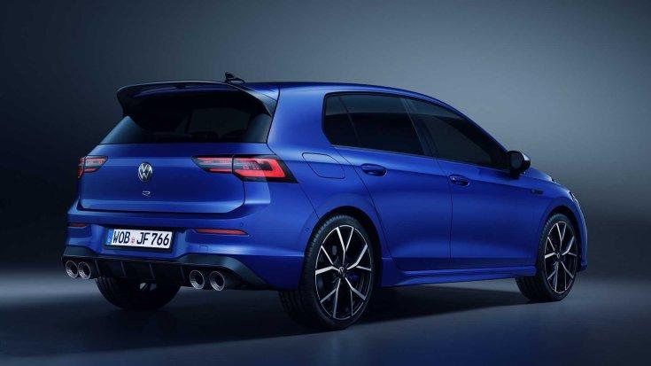 2022-es Volkswagen Golf R féloldalasan hátulról