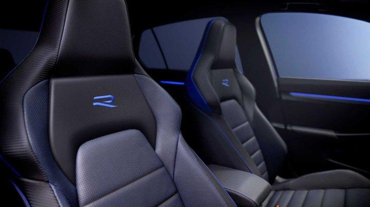 2022-es Volkswagen Golf R sportülései az R logóval