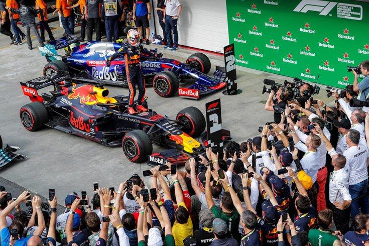A Brazil Nagydíj végén Verstappen az autója orrán állva