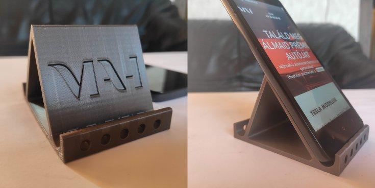 3D nyomtatással készült MAH logóval ellátott telefontartó