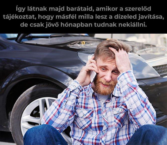 Autó mellett ülő férfi telefonál