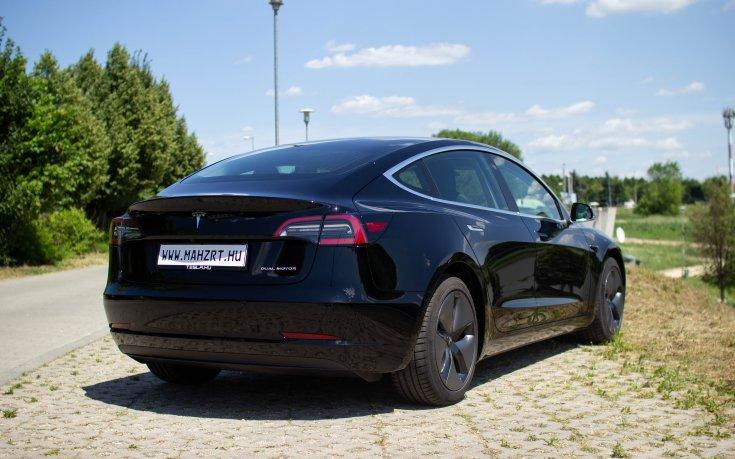 mah-ev.hu-n eladott Tesla Model 3 hátulról
