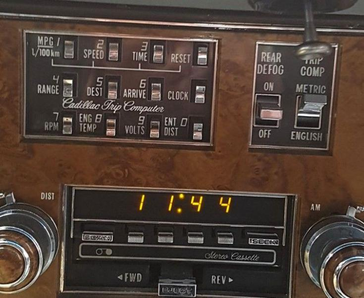 A General Motors Tripmaster nevű autós fedélzeti számítógépének kijelzője és vezérlőgombjai
