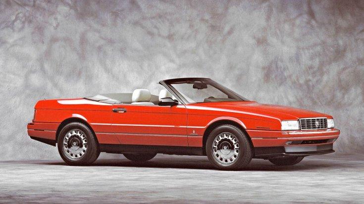 Piros színű Cadillac Allante reklámfotója, szemből, oldalról, lenyitott tetővel