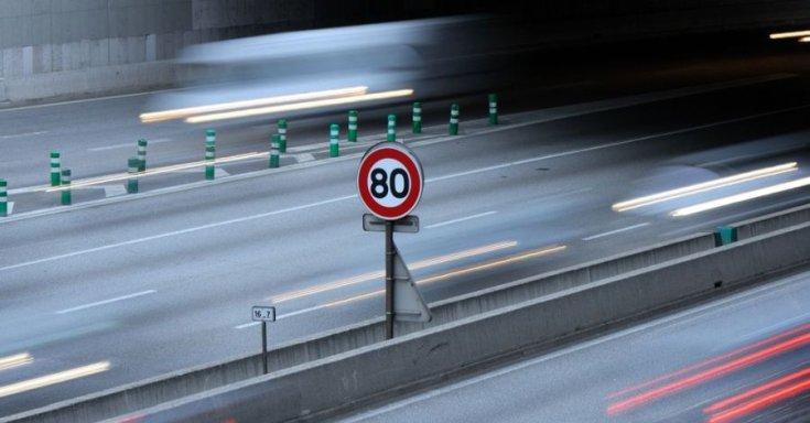 sebességszbályozást jelző tábla