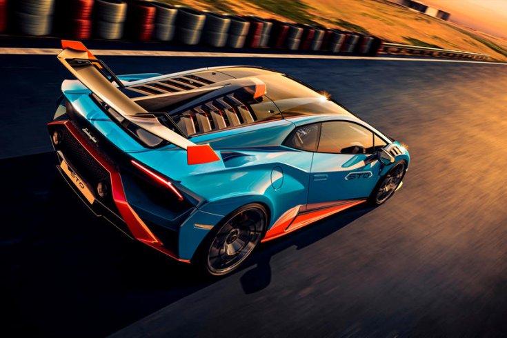 kék Lamborghini hátulról