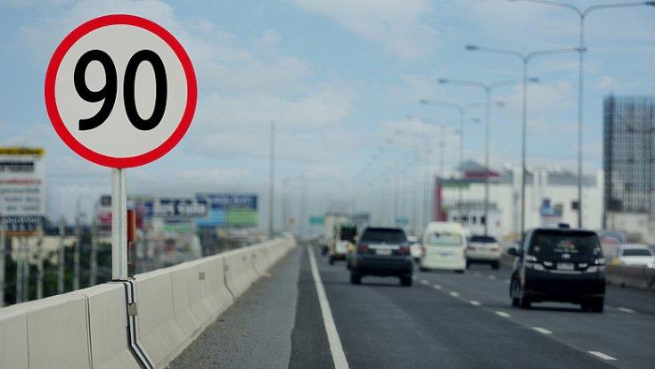 90 km/h-s megengedett sebesség