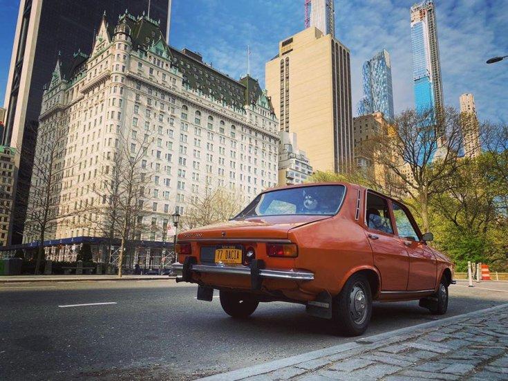 Narancssárga Dacia 1300 hátulról