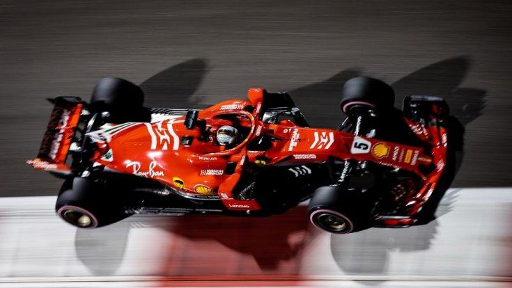 Vettel köröz Abu Dhabiban