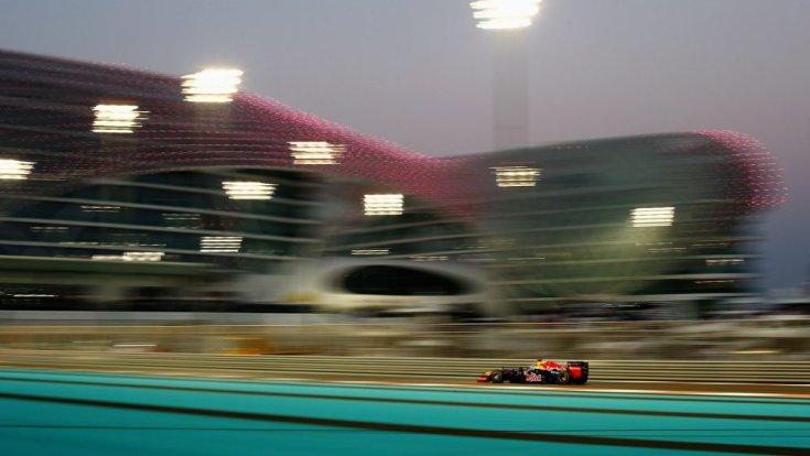 Egy Red Bull versenyautó Abu Dhabiban
