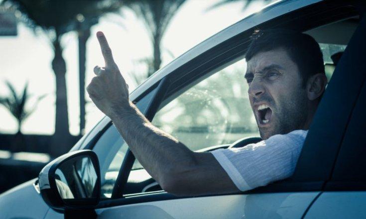 agresszív vezetési stílus