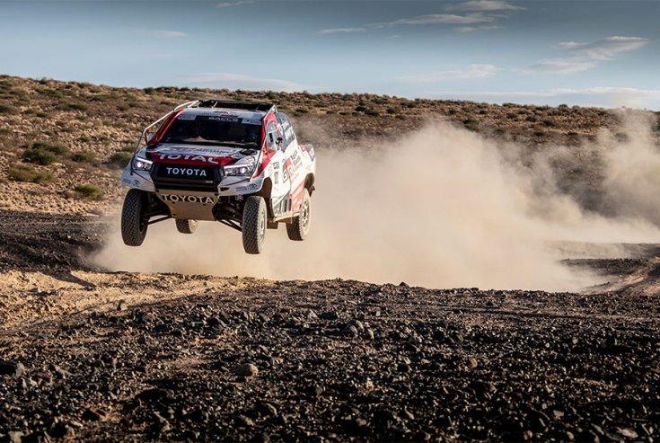 A TOYOTA GAZOO Racing Dakarra készített autója a levegőben