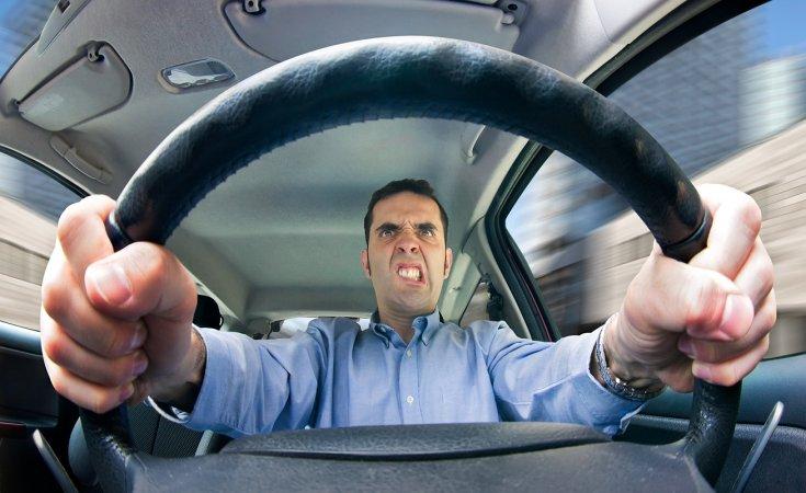 dühös sofőr idegesen markolja a volánt
