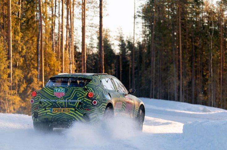 Aston Martin DBX kémfotó hátulról