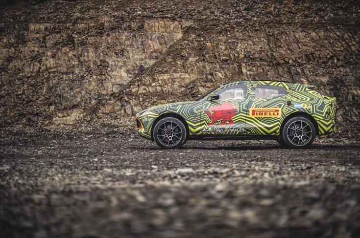 Aston Martin DBX kémfotó oldalról