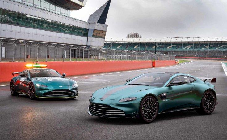 Az F1 új biztonsági autója és az Aston Martin Vantage F1 Edition egy képen