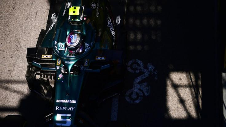 Sebastian Vettel és az Aston Martin menet közben