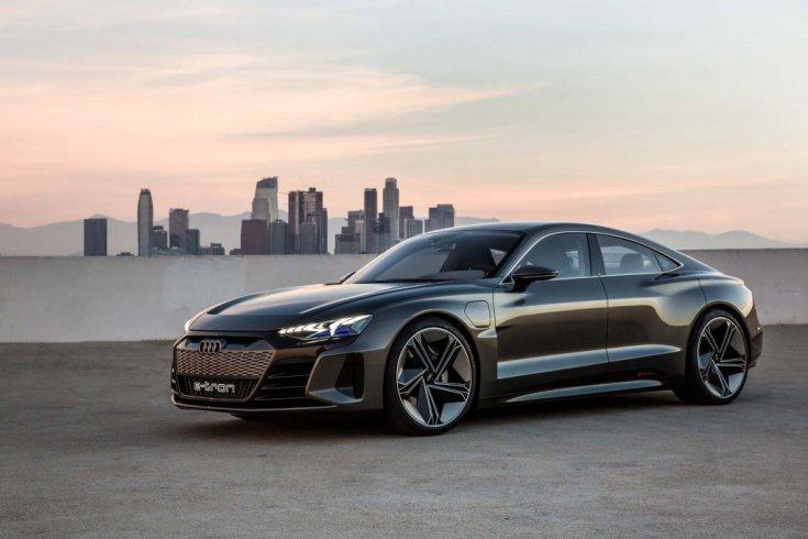 Audi E-Tron GT a háttérben egy várossal, féloldalról