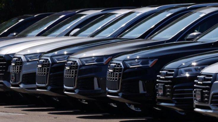 Egymás mellett parkoló Audi-modellek