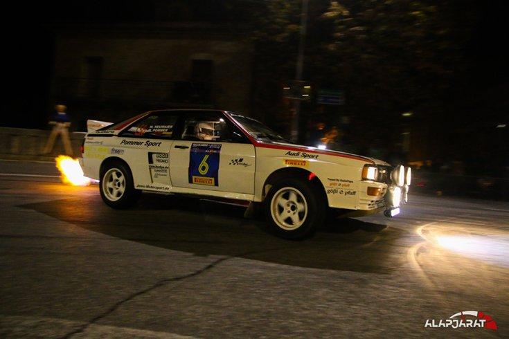 Audi Quatro éjszaka a San Marinó-i várban, oldalról fotózva