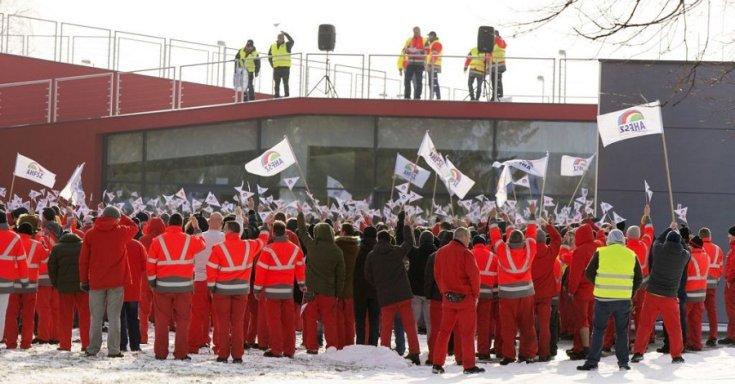 Sztrájkoló dolgozók az Audi-gyárnál