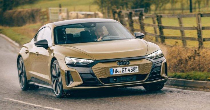 Audi RS e-tron GT 2021 menet közben szemből