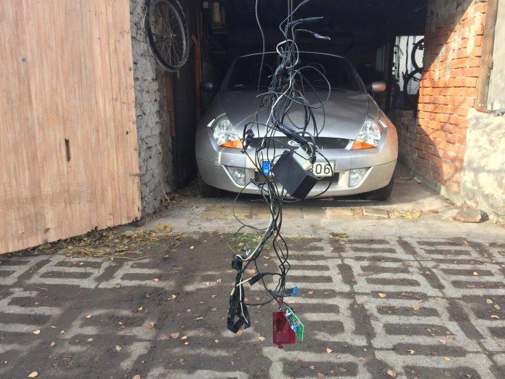 Autóriasztó kábelköteg Forddal a háttérben