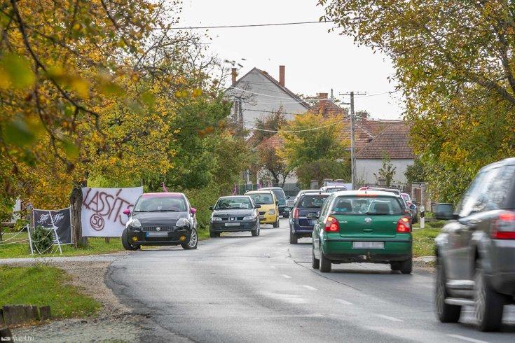 Lakott területen belül közlekedő autók