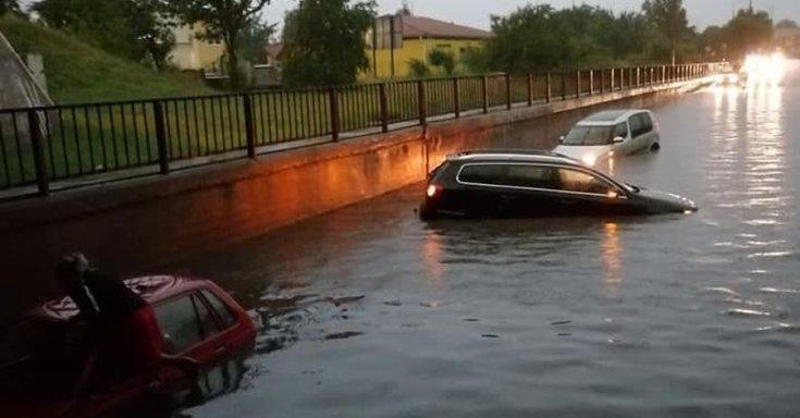 víz alá merült autók Szolnokon