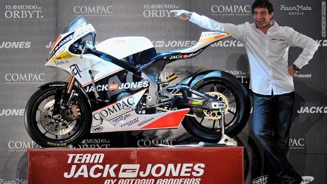Antonio Banderas egy Moto2-es motorral