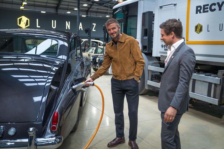 David Beckham tölt áramot egy villanyautóba