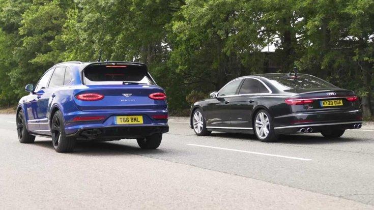 Egy Bentley Bentayga és egy Audi S8 modell egymás ellen hátulról