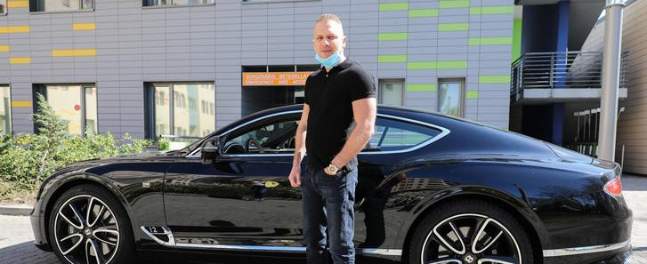 Maszkokat adományozó István és a Bentley Continental GT járműve