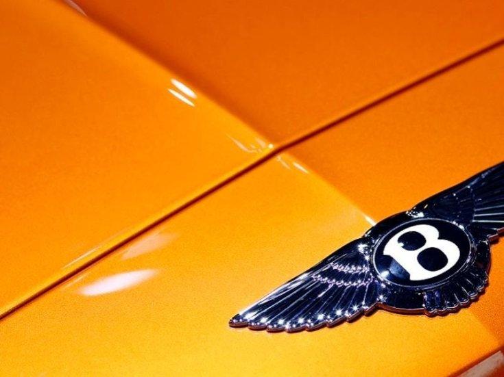 Bentley embléma egy autó orrán közelről