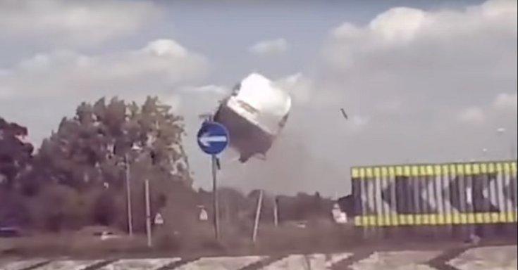 Levegőbe repült egy Citroën Berlingo a körforgalomban