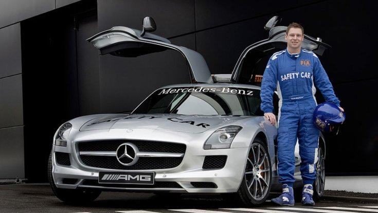 Bernd Mayländer a Mercedes-AMG Safety Car autója mellett szemből