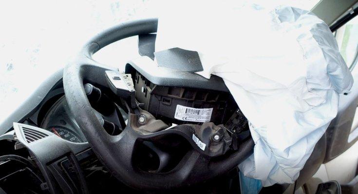 balesetező autó kormánya széttörve közelről