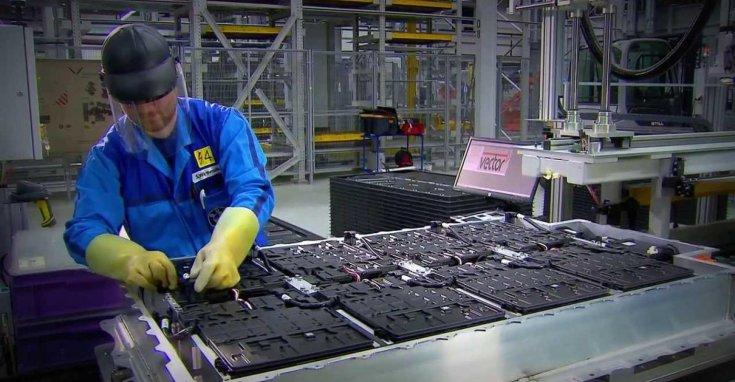 elektromos autó akkumulátorcsomagjának összeszerelése