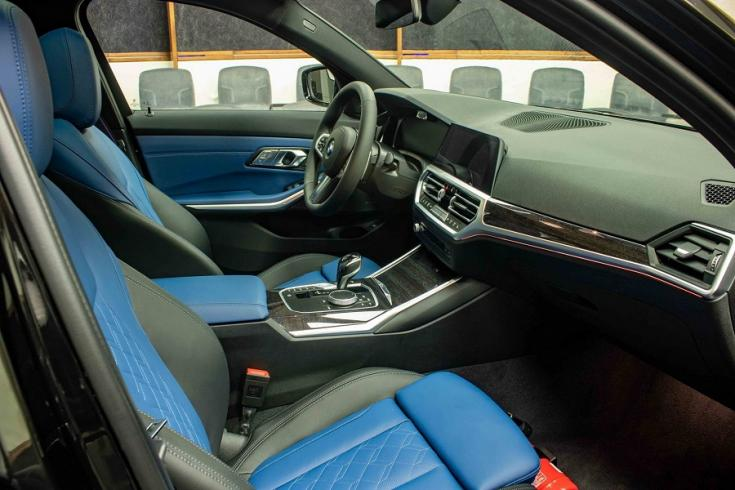 BMW M340i kék-fekete kontrasztos varrás