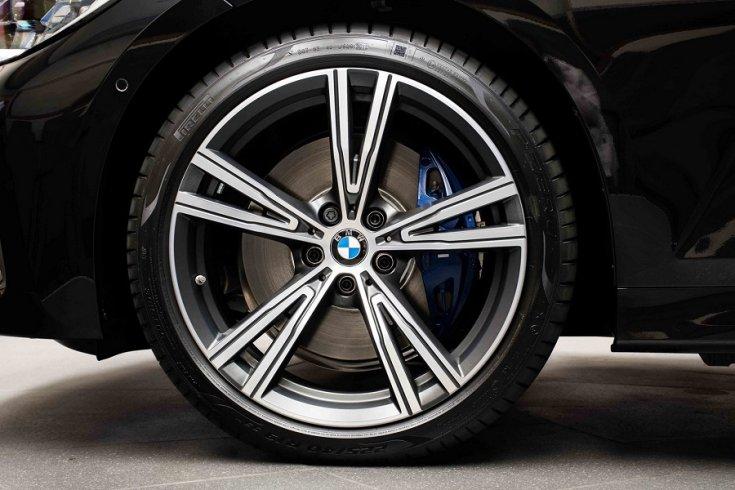 BMW M340i felni és kék féknyereg