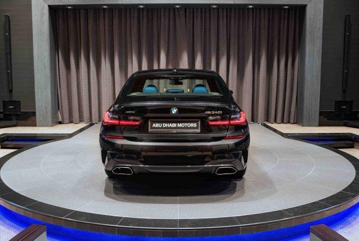 BMW M340i Abu Dhabi bemutatótermében