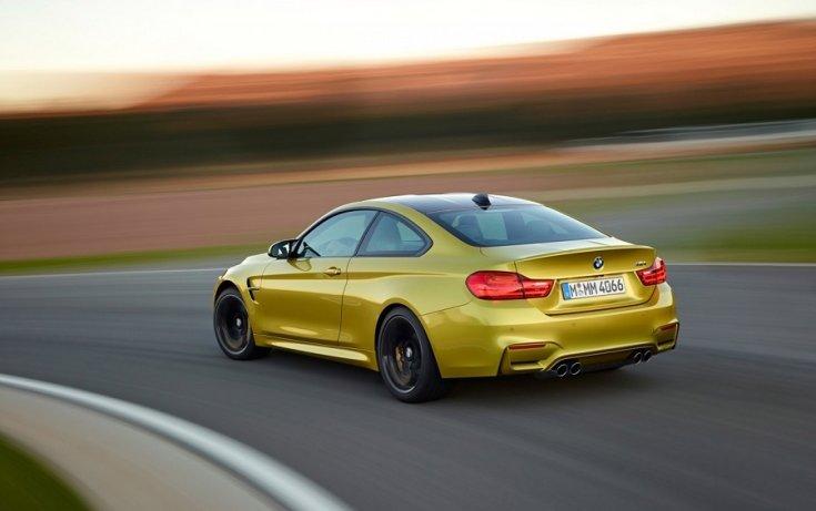 BMW M4 kupé versenypályán