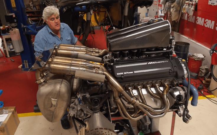 Jay Leno, mellette pedig az S70/2-es kódjelű BMW motor