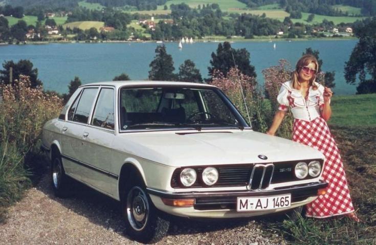 BMW mellett hölgy